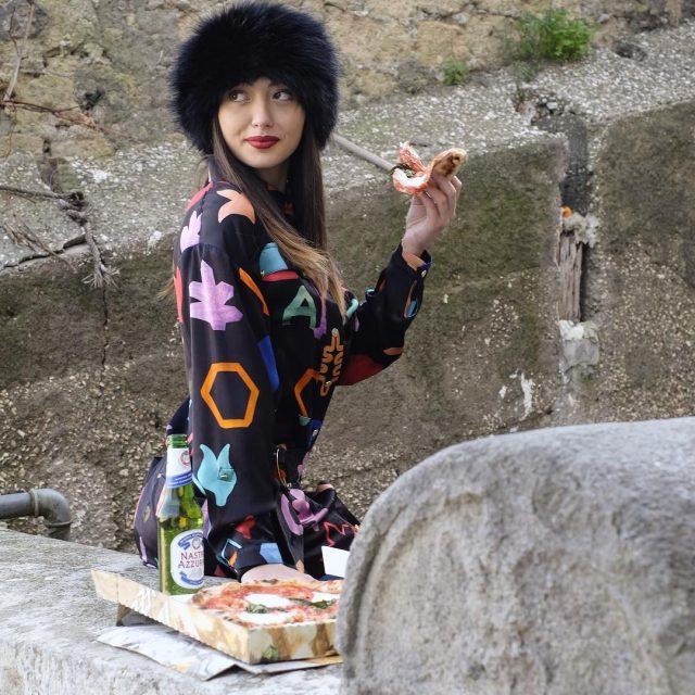 napolifashionontheroad napoli napolifashioh streetstyle fashionstreet pizza foodporn bier models girl